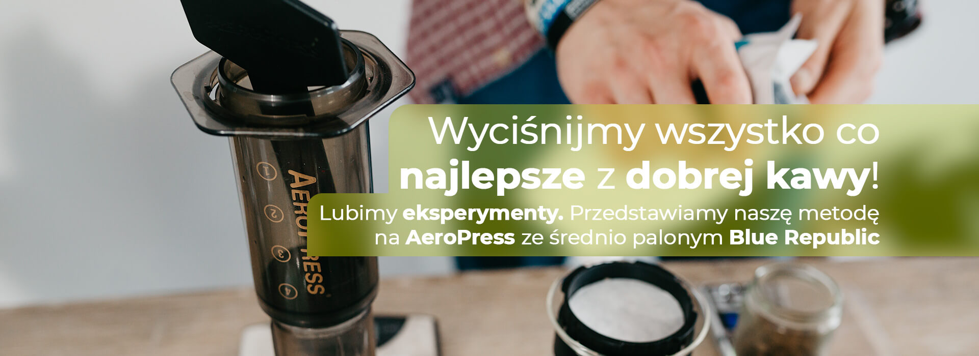 Lubisz kawę i wręcz nie wyobrażasz sobie bez niej dnia? Dodatkowo lubisz podróżować, jesteś w ciągłych rozjazdach, amożna byłoby zaopatrzyć się w takie urządzenie jakim jest Aeropress.  | ZielonyTarg.pl